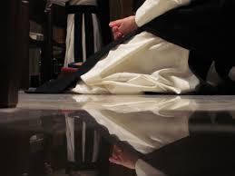 térdeplő imádkozó szerzetes