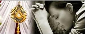 Imádkozó lány az Oltáriszentség előtt