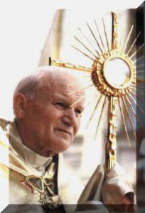 II. János Pál pápa az oltáriszentséggel